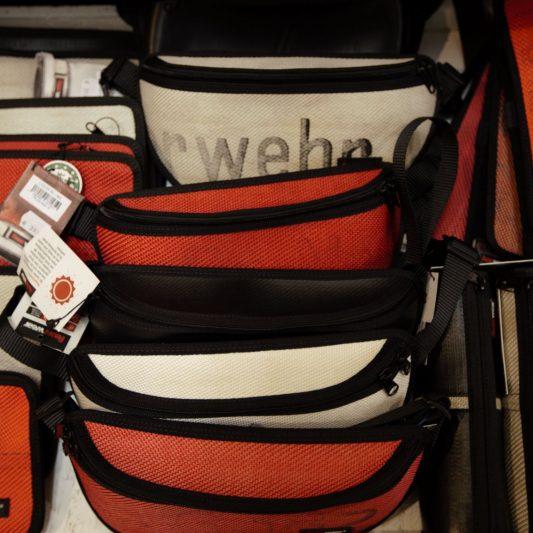Upcycling par excellence: coole Taschen aus ausgedienten Feuerwehrschläuchen!