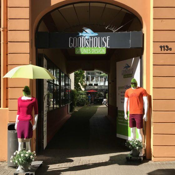 Eingang in die Passage des GOODsHOUSE mit zwei Schaufensterfiguren mit sommerlicher Kleidung