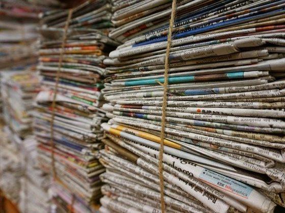 Zahlreiche zusammengebundene alte Zeitschriften bzw. Zeitungen