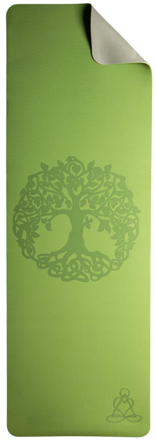 Ausgerollte hellgrüne Yogamatte mit Baum des Lebens in der Mitte. Eine Ecke ist umgefaltet, die Rückseite der Matte ist grau.