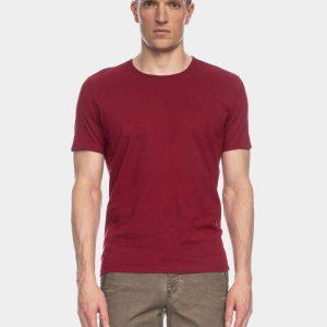 Ein Mann mit blonden Locken trägt ein rotes Tshirt mit rundem Halsausschnitt