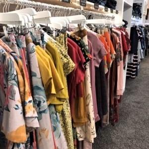 bunte farbenfrohe Frauenkleidung auf Kleiderbügeln in unserem Laden