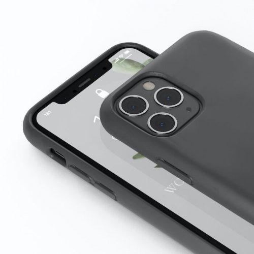 Eine schwarze Handyhülle von vorne und von hinten.